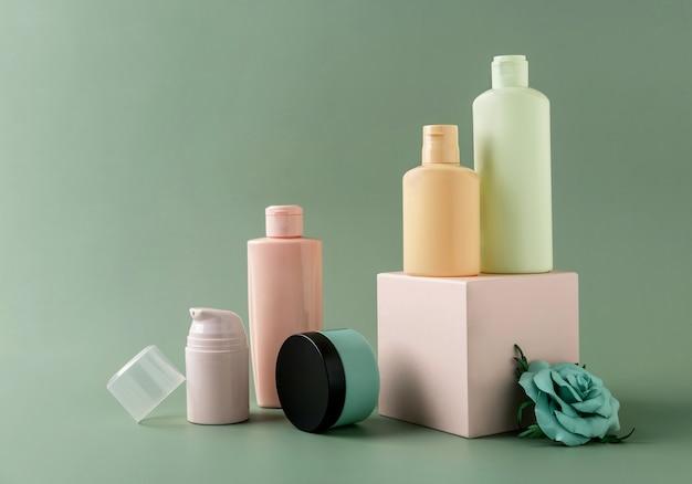 Prodotti per la cura della pelle di tubi per cosmetici su piedistallo geometrico per il branding. flaconi vuoti senza marchio. modello. concetto di bellezza e spa.