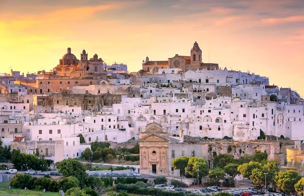 Città di ostuni nel tramonto. città bianca della regione puglia, italia meridionale