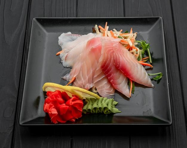 Pesce crudo di otoro sashimi, cibo giapponese sul nero