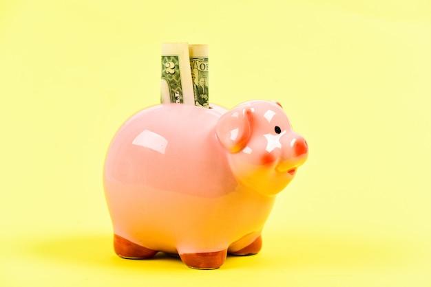 I nostri risparmi. diventare ricco. reddito. risparmiare soldi. salvadanaio con pila di monete d'oro. salvadanaio. avvio dell'impresa. posizione finanziaria. finanza e commercio. bilancio familiare.