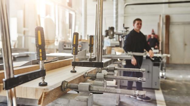 La nostra preoccupazione è la qualità, non la quantità, il lavoro di falegname che incolla la struttura in legno morsetti di falegnameria in legno