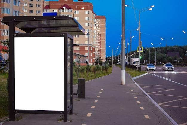 Pensilina per autobus pubblicitari all'aperto la sera tabellone per le affissioni della fermata dell'autobus vuoto in città di notte