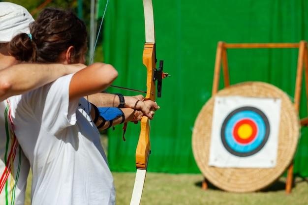 Lezione di tiro con l'arco all'aperto.