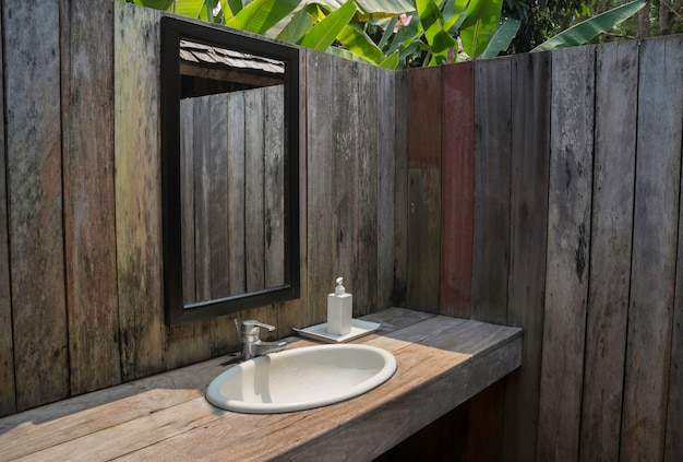 Bagno esterno con giardino tropicale