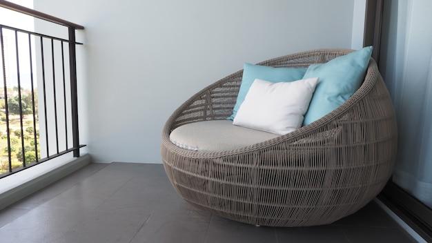 Sedia a sdraio all'aperto sul balcone o sulla terrazza della camera d'albergo realizzata in legno naturale chiamato rattan