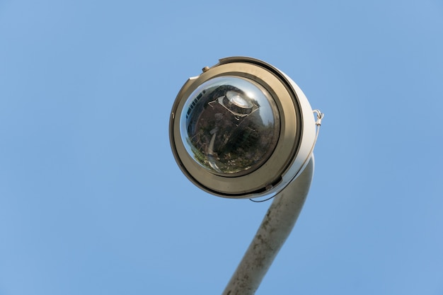 Telecamera di sicurezza cctv per esterni installata su palo in città.