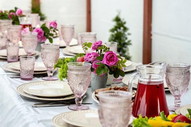 Tavolo da pranzo all'aperto con taglio di verdure