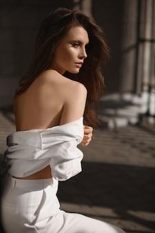 Servizio di moda all'aperto della giovane donna modella con un corpo perfetto in abito estivo alla moda