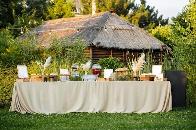 Tavolo da banchetto festivo all'aperto con antipasti
