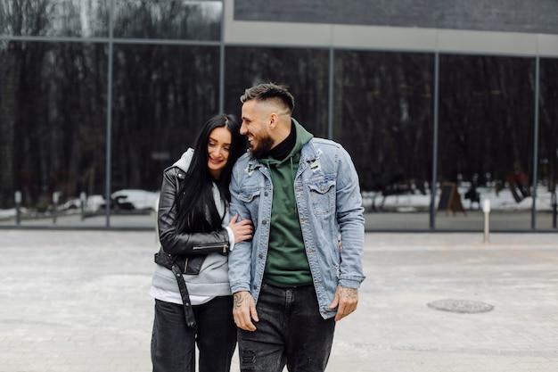Coppia felice all'aperto nell'amore in posa vicino al caffè Foto Premium