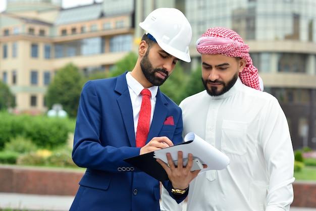 Incontro all'aperto di un ingegnere e del suo cliente saudita