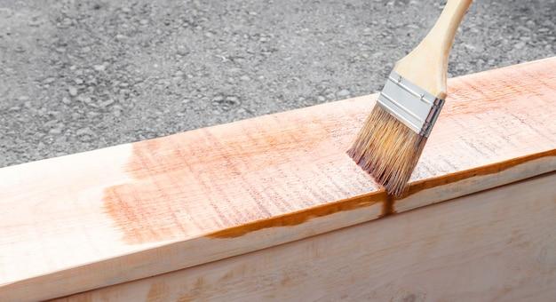 Pittura per esterni di mobili da giardino hobby casalingo il pittore fa lavorare la vernice con un pennello