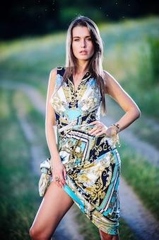 Ritratto esterno di yang e bella donna slava.