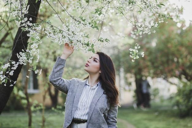 Outdoor ritratto di giovane bella ragazza alla moda in posa in strada. modello indossa giacca elegante. concetto di moda femminile.
