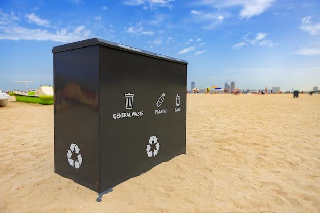 Un bidone della spazzatura pubblico all'aperto su una spiaggia a dubai