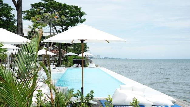 Ristorante all'aperto in spiaggia. tavoli di un caffè in un resort tropicale esotico