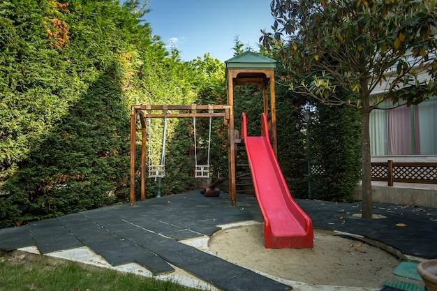 Colpo all'aperto del parco giochi per bambini vuoto al parco