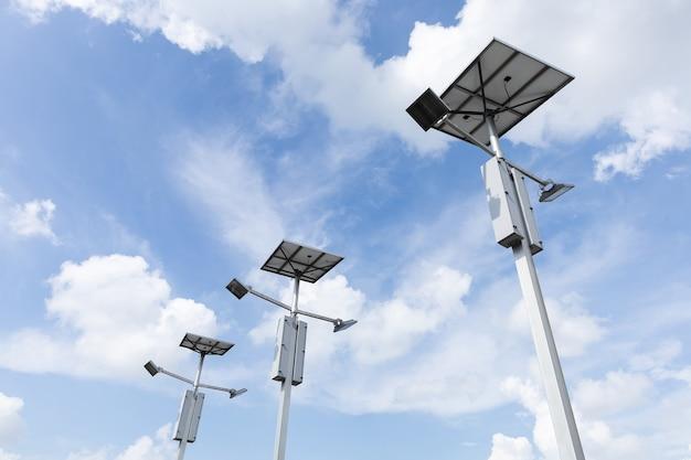 Luce di inondazione a led a celle solari per esterni su cielo blu