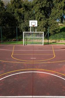 Campo di gioco di sport all'aperto sul parco pubblico. concetto di sport amatoriale. copia spazio