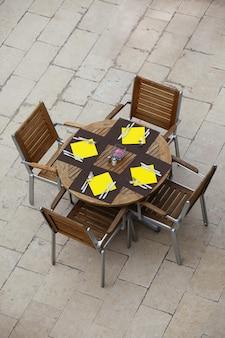 Tavoli da caffè estivi all'aperto con sedie