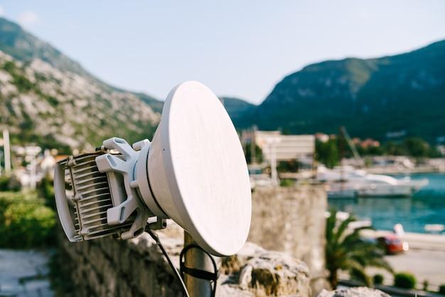 Antenna wifi esterna in città geg copertura di comunicazione dell'operatore di telefonia mobile un bianco