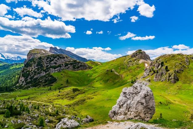 All'aperto paesaggio della montagna delle dolomiti