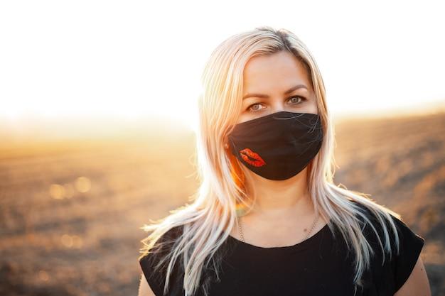 All'aperto ritratto di donna anziana, che indossa la maschera respiratoria. tramonto.