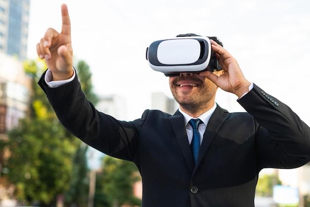 Persona di affari di successo all'aperto utilizzando set di realtà virtuale