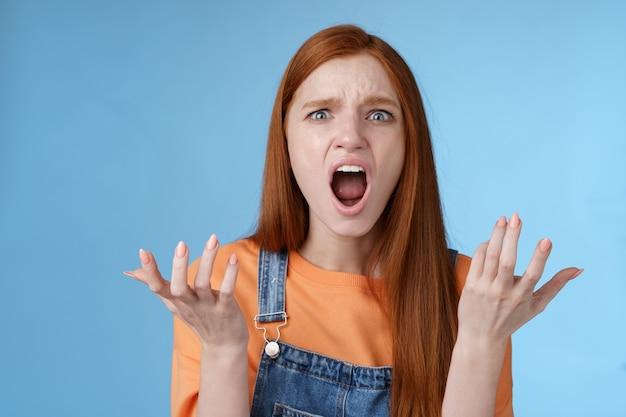 Indignato fidanzata fuori di testa che urla confuso piena incredulità alzando le mani sgomento alzando le spalle lamentarsi litigare sentire il cuore spezzato reagire scontento oltraggiato fidanzato tradito dolorosamente
