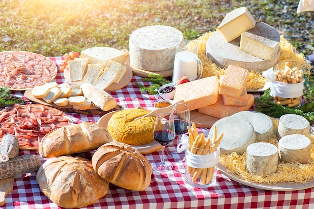 Tavolo esterno con prodotti tipici delle montagne bergamasche