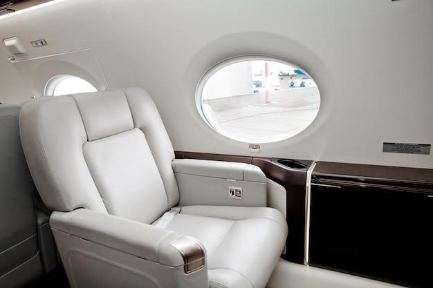 Vista dall'esterno nel finestrino del velivolo, volo in jet aziendale