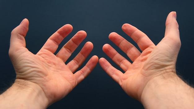 Braccia tese con i palmi aperti