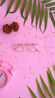 Occhiali ovali nella foto in stile estivo minimale su sfondo color rosa pastello.