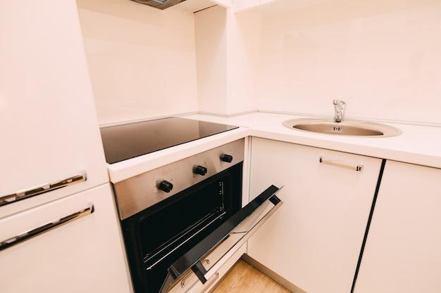 Il forno nella cucina stufa con il forno la cucina nell'apa