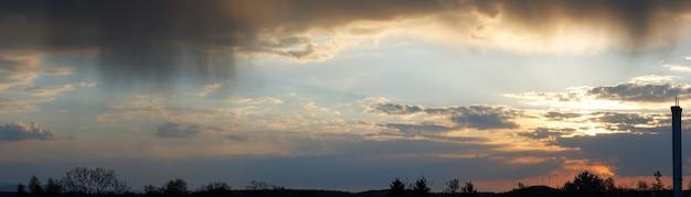 Cielo di sera nuvoloso con vista panoramica di nuvole di pioggia. sette scatti immagine composita.