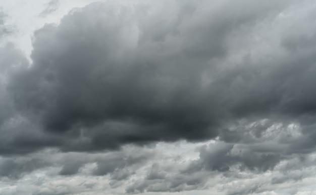 Cielo coperto. cielo grigio drammatico e nuvole bianche prima della pioggia nella stagione delle piogge. cielo nuvoloso e lunatico. cielo di tempesta. panorama di nuvole. sfondo cupo e lunatico. nubi coperte. priorità bassa di giorno di halloween.