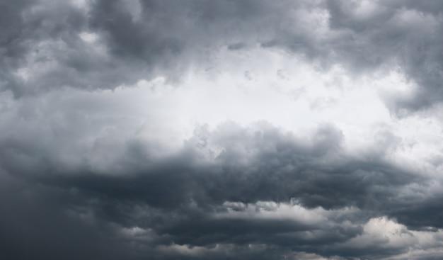 Cielo coperto con nuvole temporalesche. quattro scatti immagine composita.