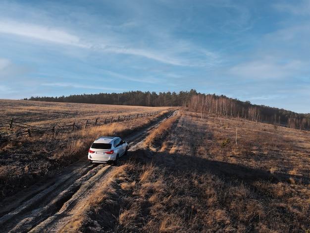 Vista dall'alto dell'auto suv che passa per lo spazio della copia della strada del sentiero
