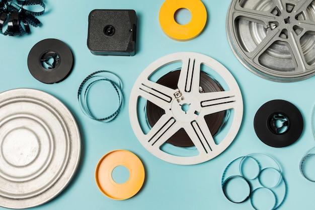 Una visione generale dei casi; pellicole e bobine di film su sfondo blu