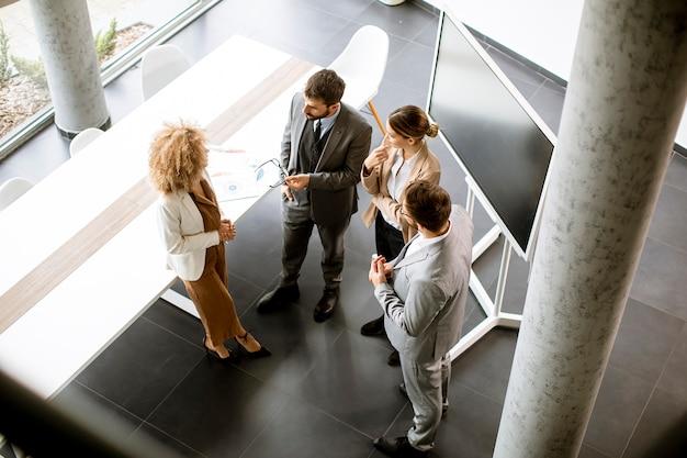 Vista dall'alto al gruppo di uomini d'affari multietnici che lavorano insieme in ufficio
