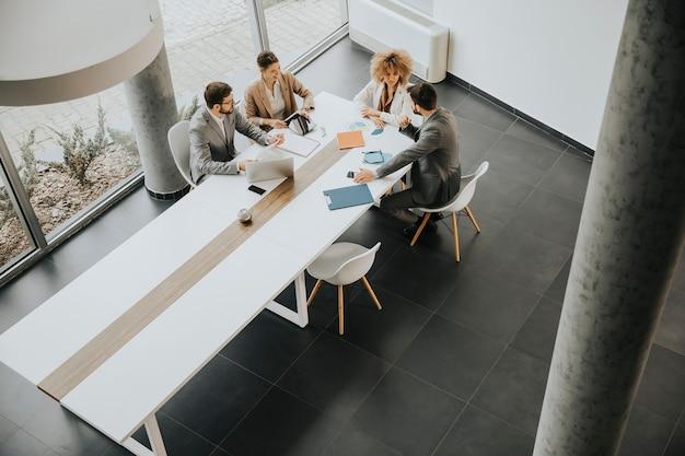 Vista dall'alto di un gruppo di uomini d'affari multietnici che lavorano insieme in ufficio