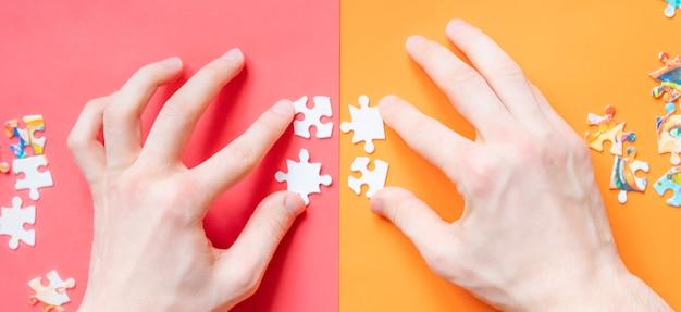Vista dall'alto o mani che risolvono puzzle lat lay