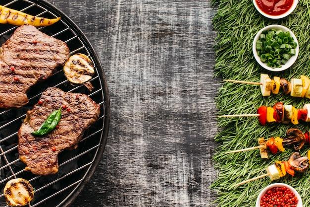 Vista dall'alto di gustosa bistecca alla griglia e spiedino di carne con ingrediente