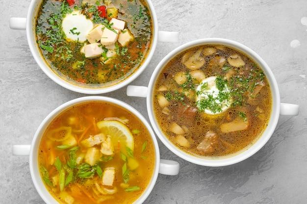 Vista dall'alto di tre tipi di zuppa salutare