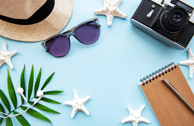 Vista dall'alto degli accessori del viaggiatore. articoli essenziali per le vacanze. sfondo di concetto di viaggio. lay piatto