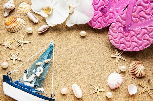 Vista dall'alto degli accessori del viaggiatore. articoli essenziali per le vacanze. concetto di viaggio. lay piatto