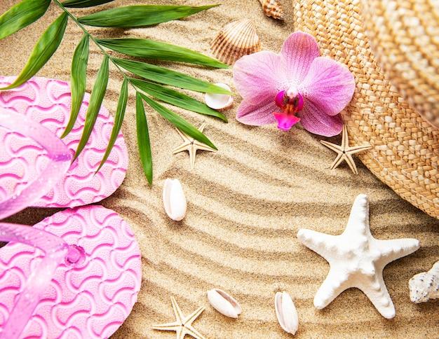 Vista dall'alto degli accessori del viaggiatore. articoli essenziali per le vacanze. tabella del concetto di viaggio. lay piatto