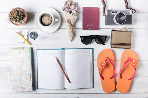 Vista dall'alto di accessori e articoli del viaggiatore, concetto di viaggio