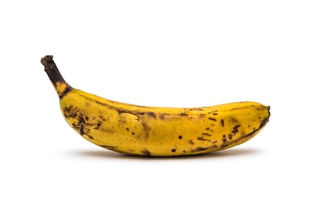 Banana troppo matura su sfondo bianco