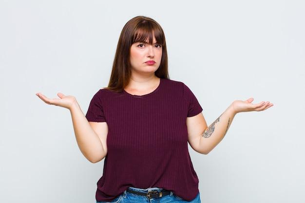 Donna in sovrappeso che sembra perplessa, confusa e stressata, chiedendosi tra diverse opzioni, sentendosi incerta